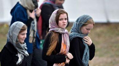 মুসলিমদের সমর্থনে নিউজিল্যান্ডে নারীদের মাথায় স্কার্ফ!